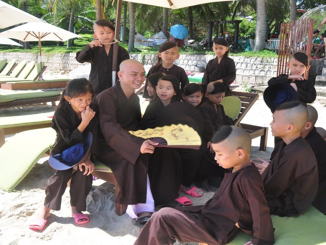 """Chung tay vì cộng đồng, """"không trẻ em nào bị bỏ lại phía sau"""". Sư Thầy và trẻ em chùa Ninh Thuận"""