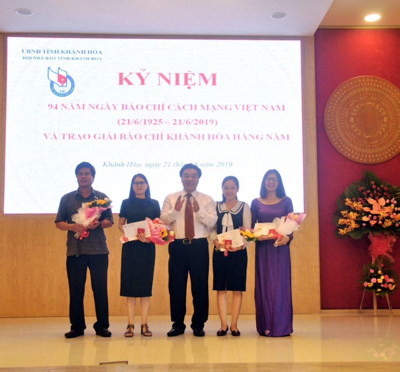 """4 nhà báo nhận Kỷ Niệm chương """"Vì sự nghiệp Báo chí Việt Nam"""""""
