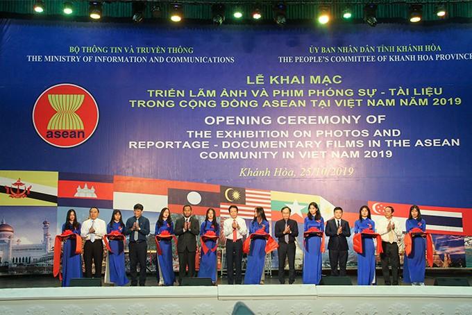 Cắt băng khai mạc triển lãm ảnh và phim phóng sự tài liệu trong cộng đồng ASEAN tại Việt Nam – Khánh Hòa năm 2019