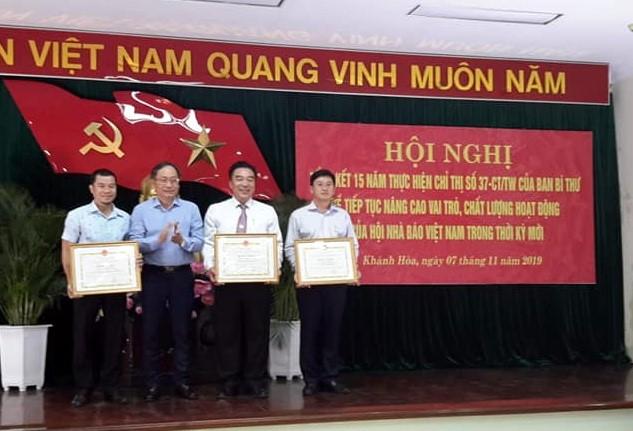 Ông Nguyễn Đắc Tài, P.Chủ tịch Thường Trực UBND tỉnh Khánh Hòa trao thưởng các cá nhân có thành tích trong công tác Hội và công tác báo chí