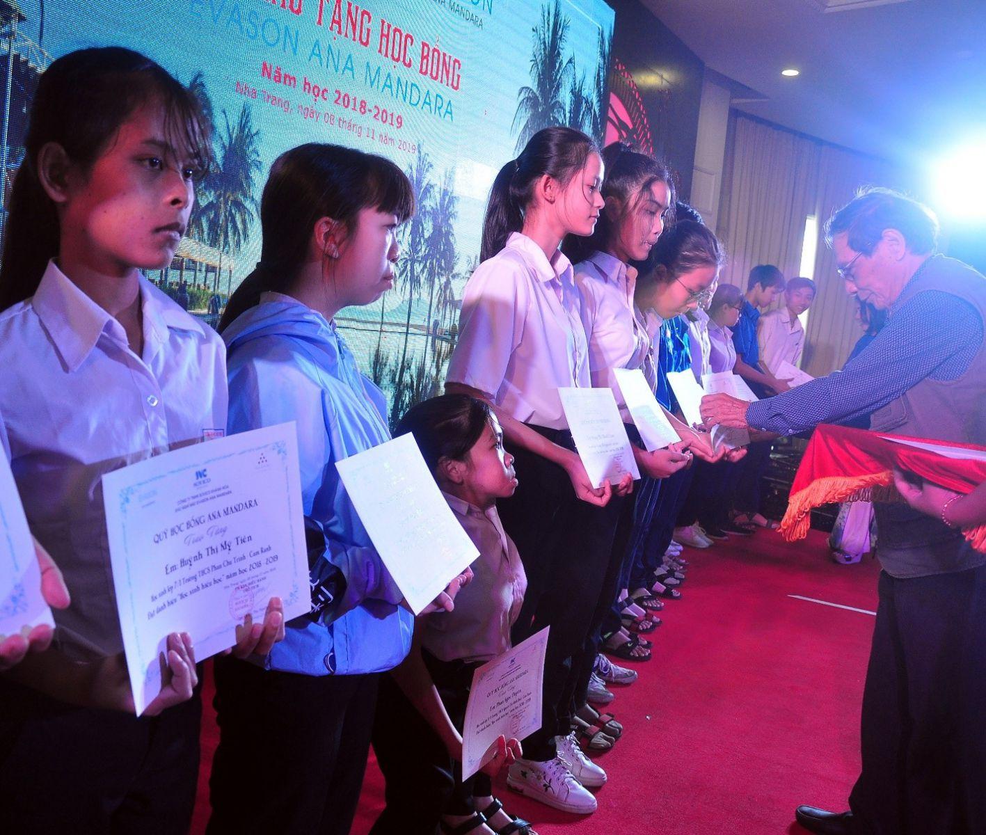 Ông Lê Thế Sương, Chủ tịch CLB Hưu Trí Khánh Hòa trao học bổng cho Học sinh Trung học Phổ Thông