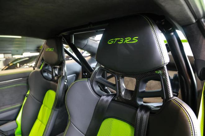 Ghế xe đua được được chế tạo từ sợi carbon và bọc da với hai màu 2 màu xanh - đen.