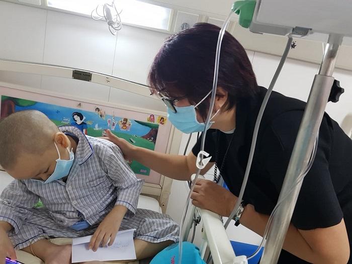 Nhà báo, Luật gia Bùi Thị Bạch Hải – Tổng biên tập Tạp chí Thời trang trẻ, Chủ tịch Mạng lưới WLIN Global đại diện đoàn đến thăm bé Nguyễn An Khải tại phòng xạ trị