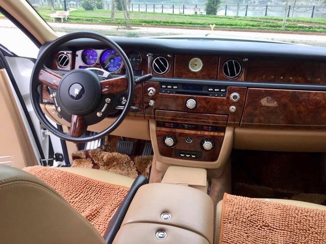 Nội thất xe với tông màu nâu và chất liệu da, gỗ.