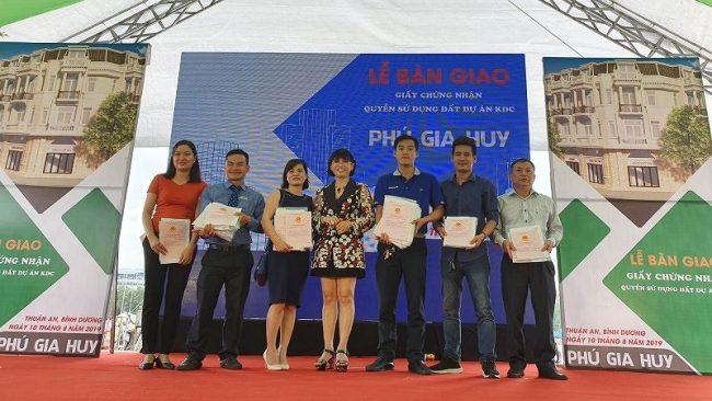Bà Phạm Thị Hường – Chủ tịch HĐQT Công ty Phú Hồng Thịnh trao sổ đỏ cho các khách hàng
