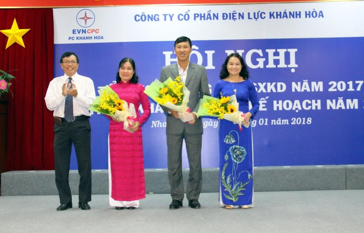 Ông Nguyễn Cao Ký, TGĐ Điện Lực Khánh Hòa trao tặng hoa cho 3 cá nhân được TT Chính phủ tặng bằng khen
