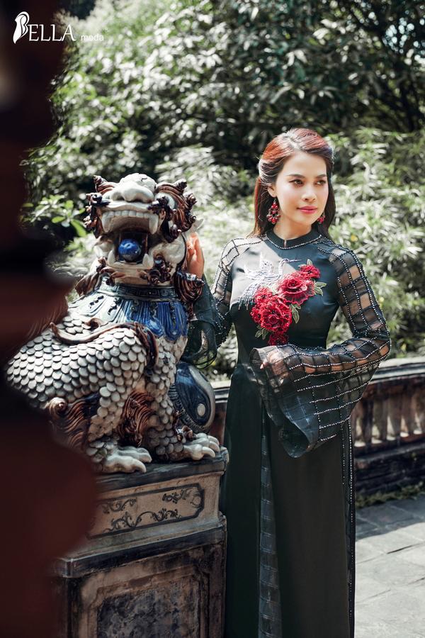 Nhẹ nhàng, dịu dàng trong tà áo dài với họa tiết hoa nổi 3D