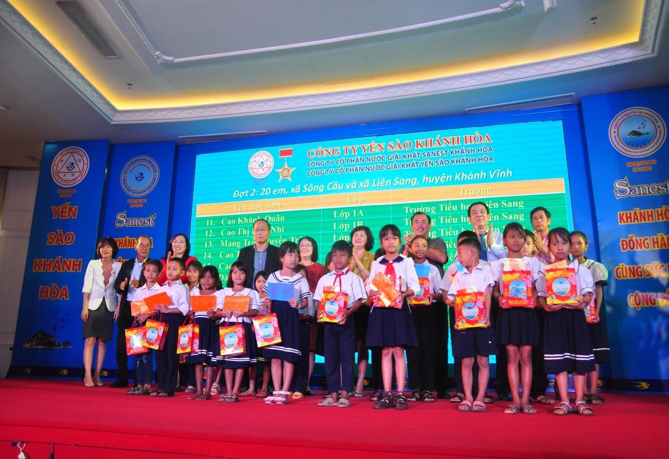Trao tặng quà cho 60 học sinh nghèo vượt khó học giỏi huyện miền núi Khánh Vĩnh TP Cam Ranh và Nha Trang