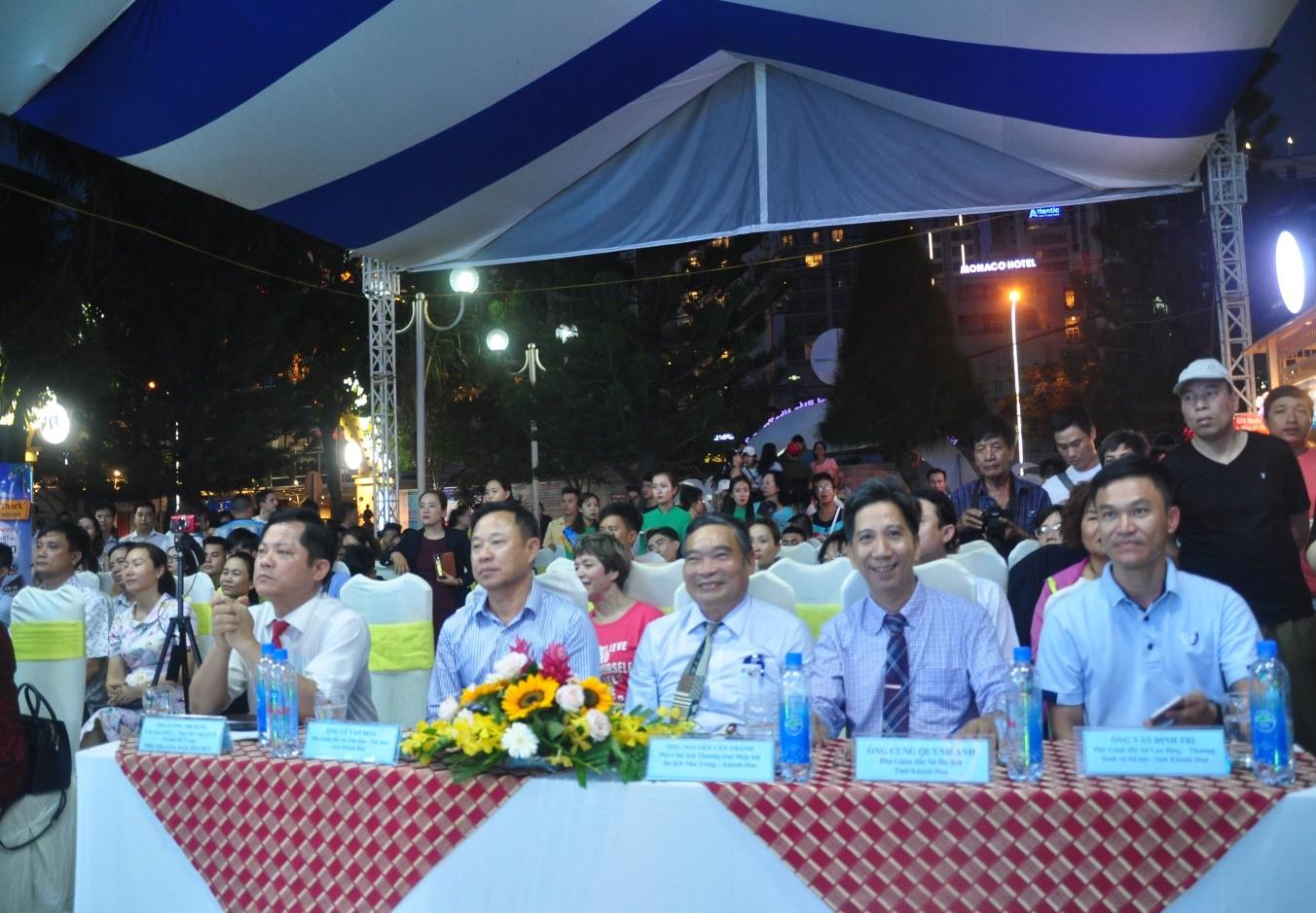 Đại biểu lãnh đạo các cơ quan dự lễ hội cà phê