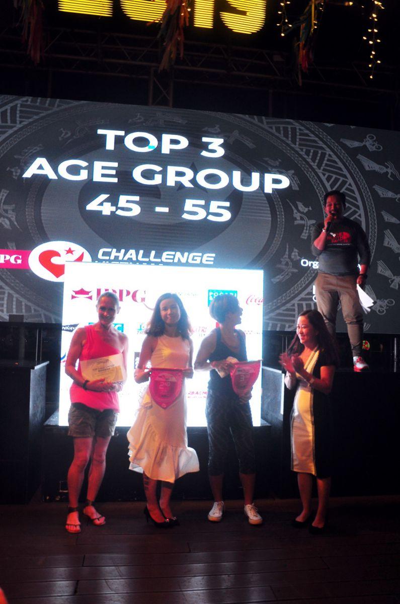 VĐV Việt Nam (giữa) giành giải TOP 3 lứa tuổi 45-55