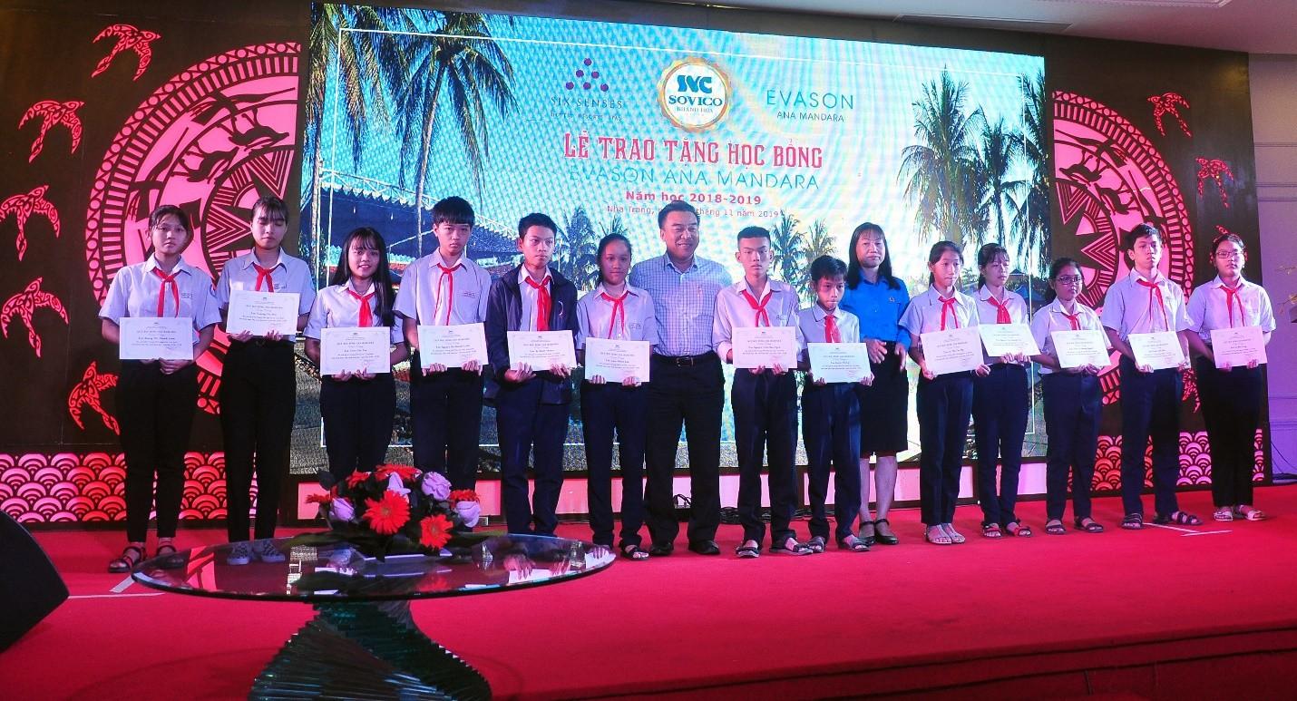 Ông Đoàn Minh Long Chủ tịch Hội Nhà báo Khánh Hòa; bà Nguyễn Thị Trang, Liên Đoàn Lao Động Khánh Hòa trao học bổng cho học sinh Trung học Phổ Thông