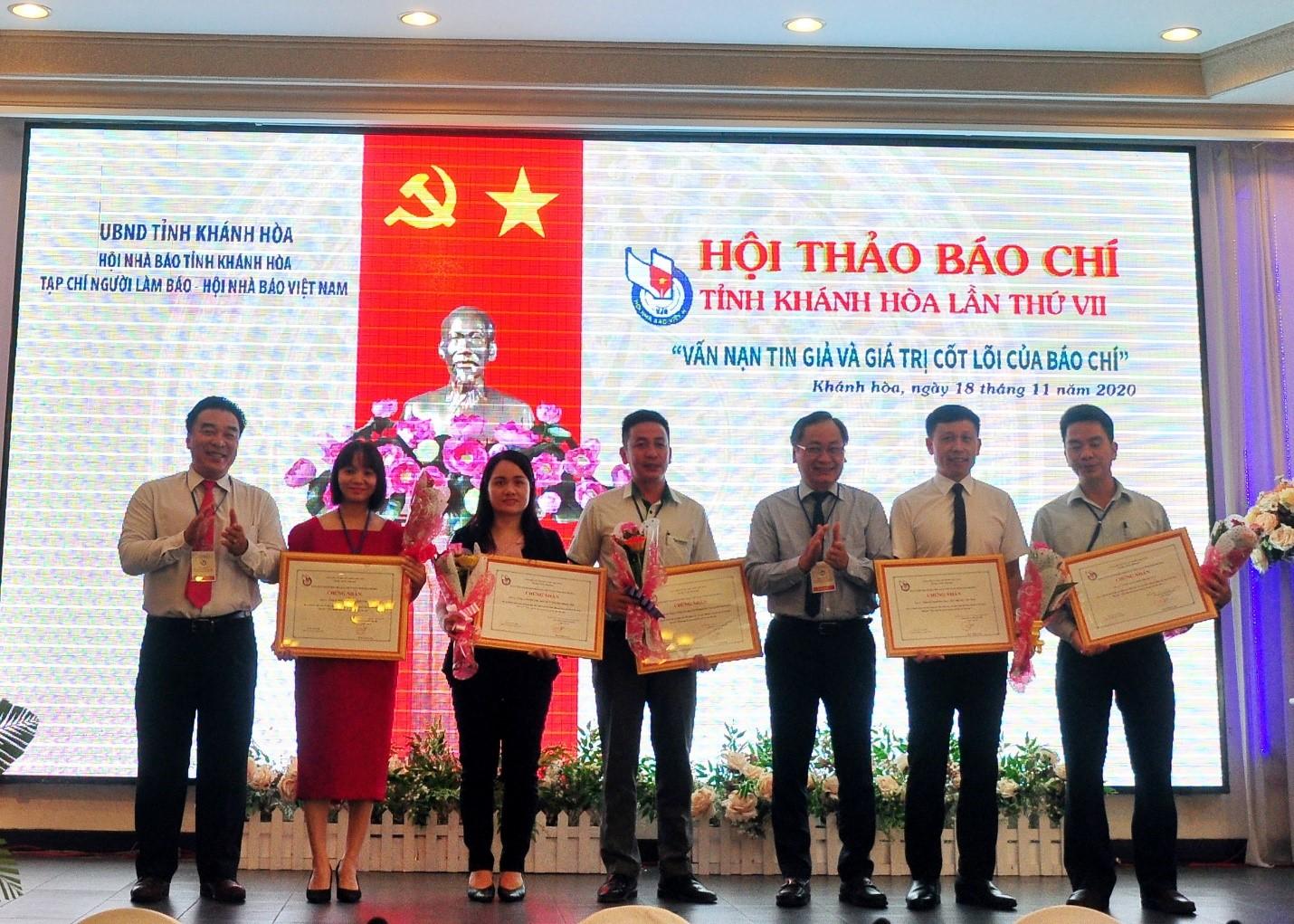 BTC Hội Thảo Báo chí trao chứng nhận cho các Doanh nghiệp đã đồng hành cùng Hội Thảo.