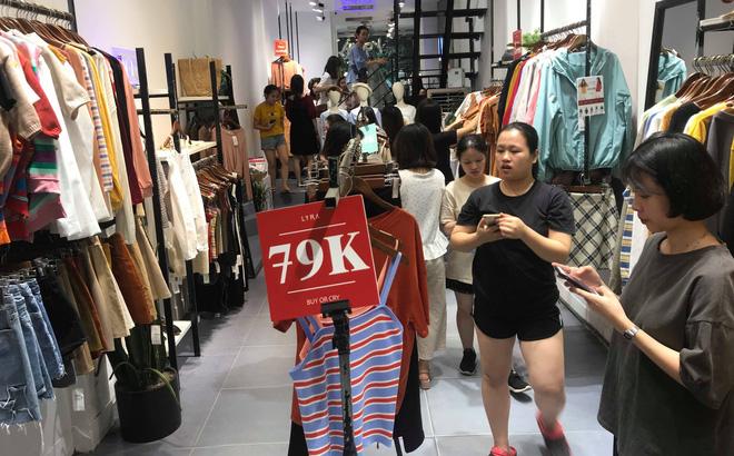 Với sức hút của hàng giảm giá, lượng khách tới cửa hàng nườm nượp giúp doanh số tăng và hàng tồn kho được giải phóng nhanh chóng.