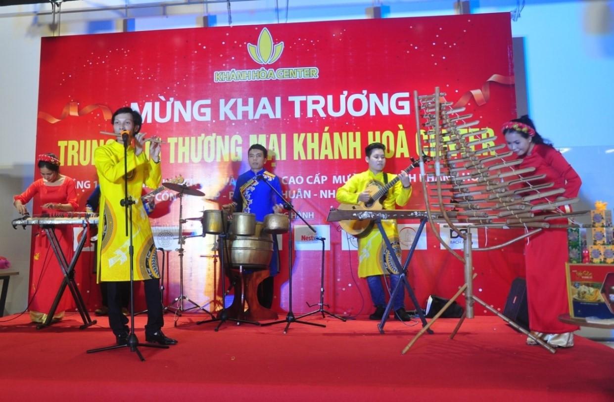 Các hoạt động chào mừng khai trương - Biểu diễn nhạc cụ dân tộc