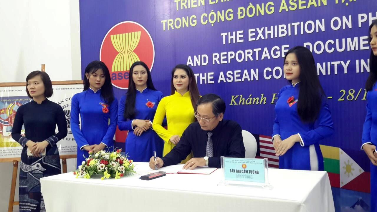 Ông Nguyễn Đắc Tài P. Chủ tịch UBND tỉnh Khánh Hòa ghi cảm tưởng về triển lãm ảnh và phim phóng sự tài liệu trong cộng đồng ASEAN tại Việt Nam – Khánh Hòa năm 2019