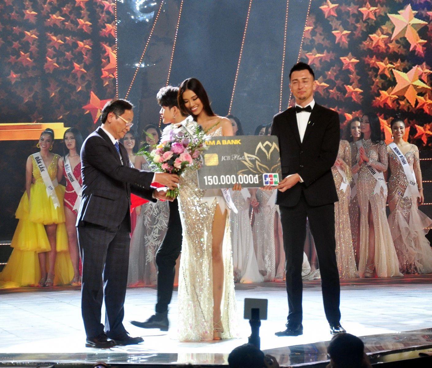 Ông Nguyễn Đắc tài, P.Chủ tịch Thường trực UBND tỉnh Khánh Hòa trao tặng hoa và giải thưởng đến Á Hậu 1 Nguyễn Huỳnh Kim Duyên