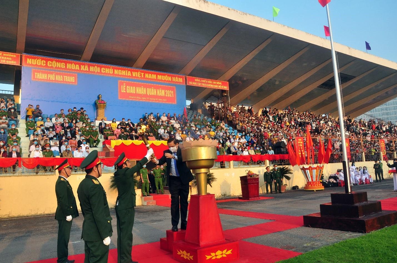 Ông Lê Hữu Thọ -TVTU, Bí Thư Thành Ủy Nha Trang; thực hiện nghi thức thắp đuốc truyền thống