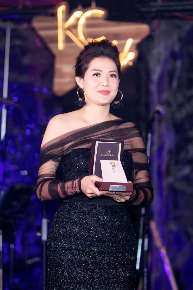 Nữ hoàng Quyền Năng Phái Đẹp Asean 2019 Trần Thụy Ngọc Trúc cùng chiếc trâm cài áo của Ngọc Trai Hoàng Gia