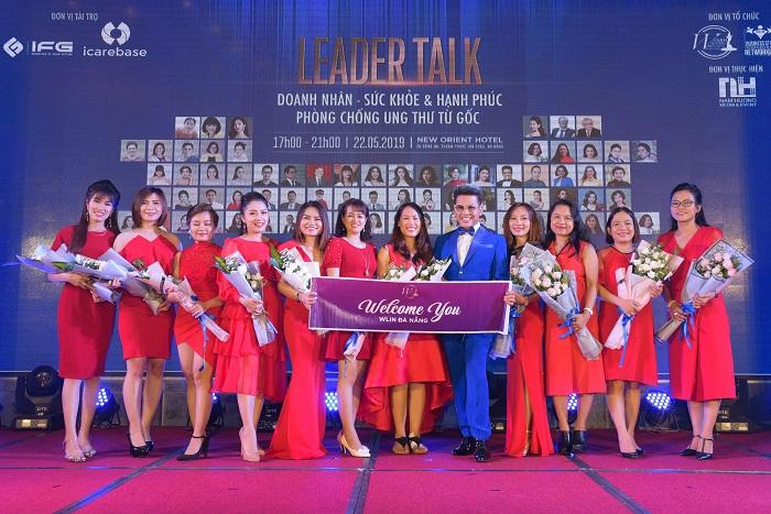 MC Thanh Bạch cùng NSUT Thanh Thủy trao tặng hoa cho các Đại sứ Cộng đồng