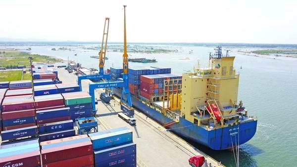 Hàng hóa được đưa lên tàu APL tại cảng Chu Lai để xuất khẩu sang công ty JMK