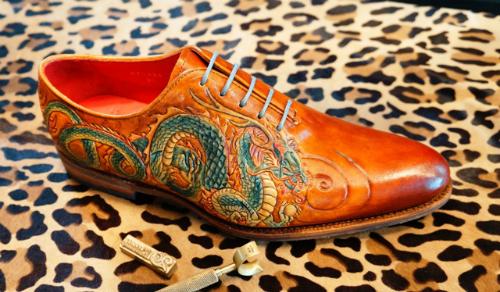 Chiếc giày khắc hình rồng có giá 25 triệu đồng của cửa hàng Thanh đã được một đại gia Sài Gòn mua.