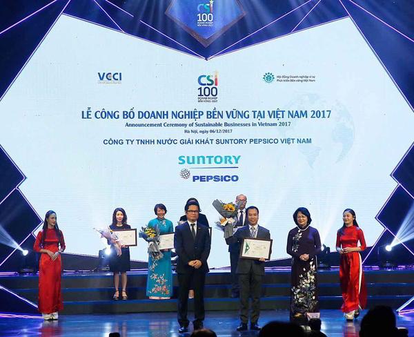 Đại diện Suntory PepsiCo Việt Nam lên nhận giải thưởng Top 10 Doanh Nghiệp  Bền Vững năm 2017.
