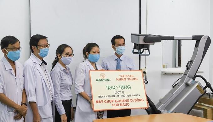 Đại diện Tập đoàn Hưng Thịnh trao tặng máy máy chụp X-Quang di động cho Bệnh viện Nhiệt đới TP HCM.