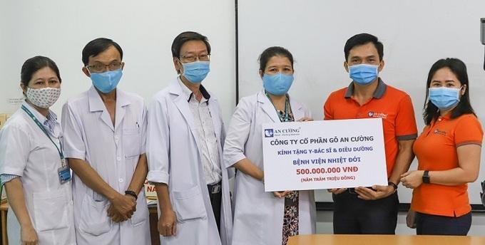 Đại diện An Cường tặng 500 triệu đồng cho y, bác sĩ và điều dưỡng của Bệnh viện Nhiệt Đới TP HCM.