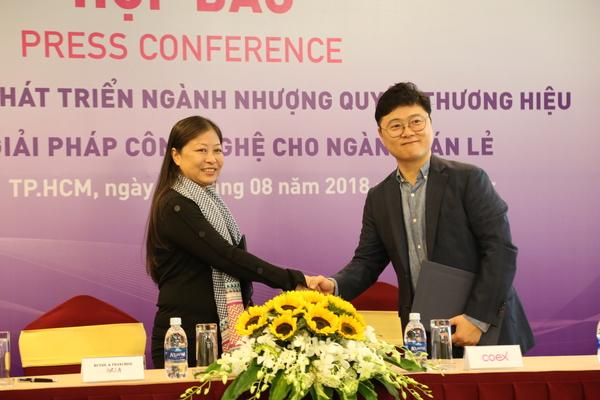 Ông Shin Ji Hang - Giám đốc Văn phòng Đại diện Công ty Coex tại TPHCM và bà Nguyễn Phi Vân - Chủ tịch công ty Retail & Franchise Asia ký thoả thuận hợp tác