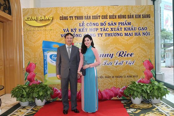 Bà Thân Thị Lan Ny - Chủ tịch HĐQT kiêm TGĐ Công ty TNHH Sản xuất Chế biến nông sản Kim Sáng chụp ảnh lưu niệm cùng ông Đỗ Thắng Hải - Thứ trưởng Bộ Công thương