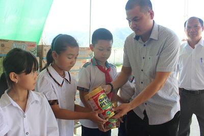 Anh Đặng Trung Cường đại diện báo Doanh nghiệp Việt Nam, Công ty TNHH Truyền thông Reporter VN trao quà cho các em nhỏ