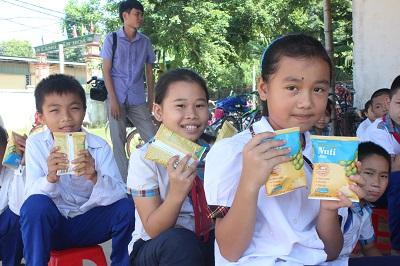 Các em vô cùng hào hứng khi nhận những món quà từ Công ty cổ phần thực phẩm dinh dưỡng Nutifood