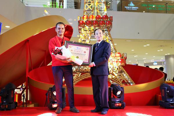 Ông Stephane Gripon- Tổng Giám Đốc Mondelez Kinh Do Vietnam nhận kỷ lục Việt Nam về Mô hình tháp Eiffel bằng bánh cao nhất Việt Nam