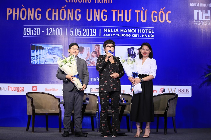 Tặng hoa cho các diễn giả