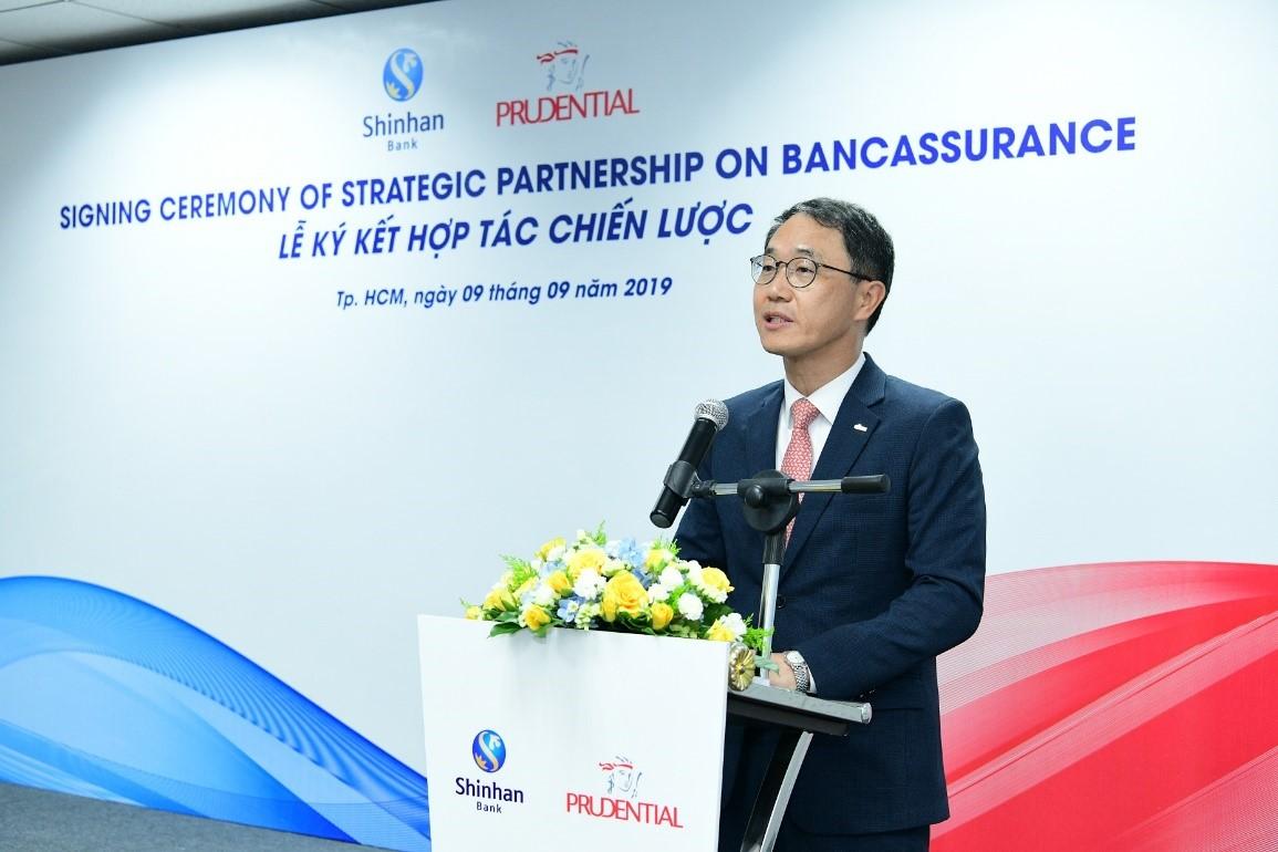 Ông Shin Dong Min – Tổng Giám đốc của Ngân hàng Shinhan tại VN chia sẻ tại Lễ ký kết