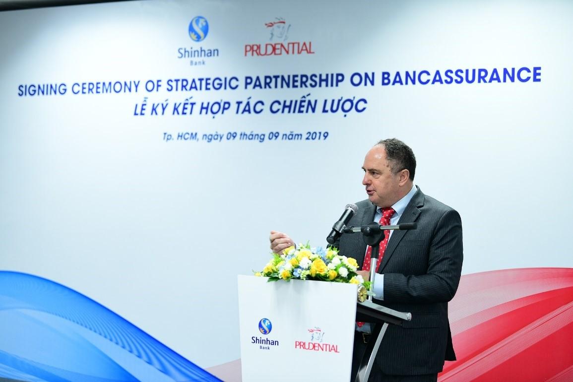Ông Clive Baker -Tổng Giám đốc Prudential Việt Nam chia sẻ tầm quan trọng của kênh bancassurance đối với Prudential Việt Nam.