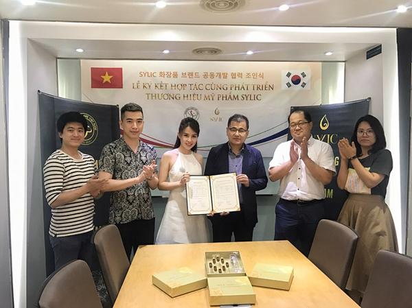 Giám đốc Phan Quỳnh Anh rạng rỡ ký kết tại xứ sở kim chi