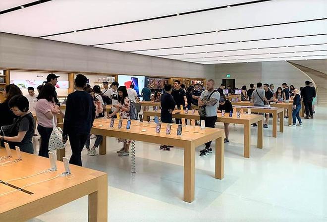 Dân buôn Việt đã bắt đầu đổ về Apple Store tại Singapore chờ thời điểm mở bán iPhone 11. (Nguồn ảnh: Ta Hiep Huu)