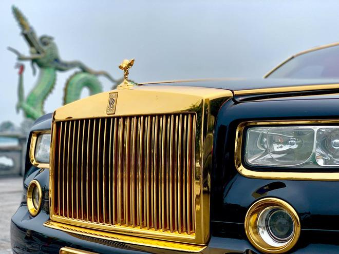 Biểu tượng hãng xe hạng sang Anh quốc được mạ vàng.