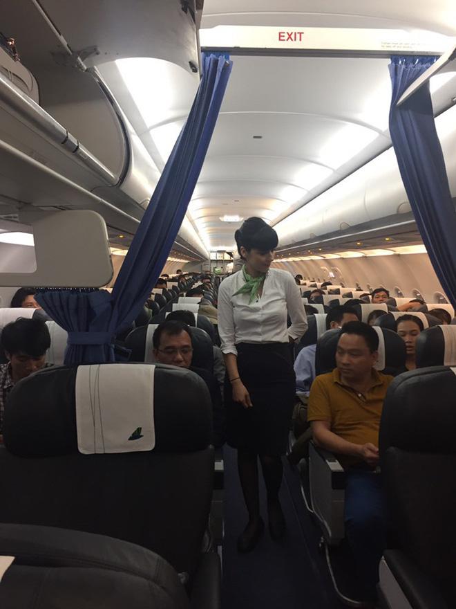 Tiếp viên Bamboo Airways phục vụ hành khách