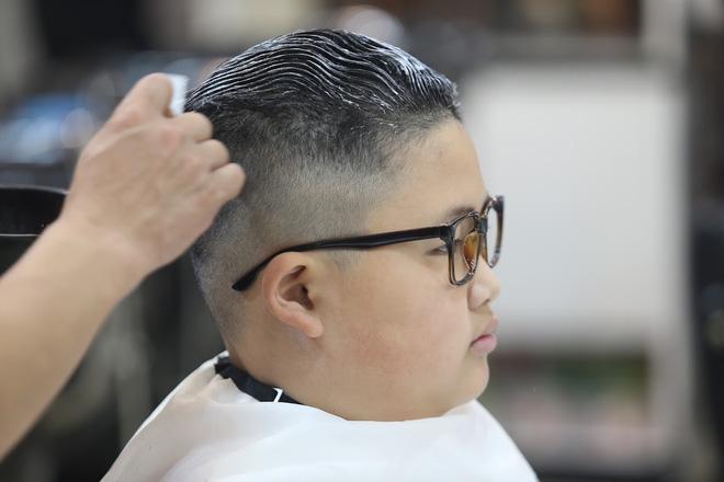 Nhà tạo mẫu mất khoảng 20 phút để cắt, sấy và tạo kiểu cho tóc Gia Huy.