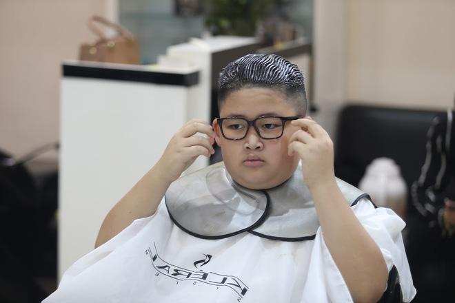 """Sau khi đeo thêm cặp kính, cậu bé 9 tuổi giống như phiên bản thu nhỏ của nhà lãnh đạo Triều Tiên Kim Jong Un. Chính vì thế, nhiều người đã đặt biệt danh cho cậu là """"tiểu Kim""""."""
