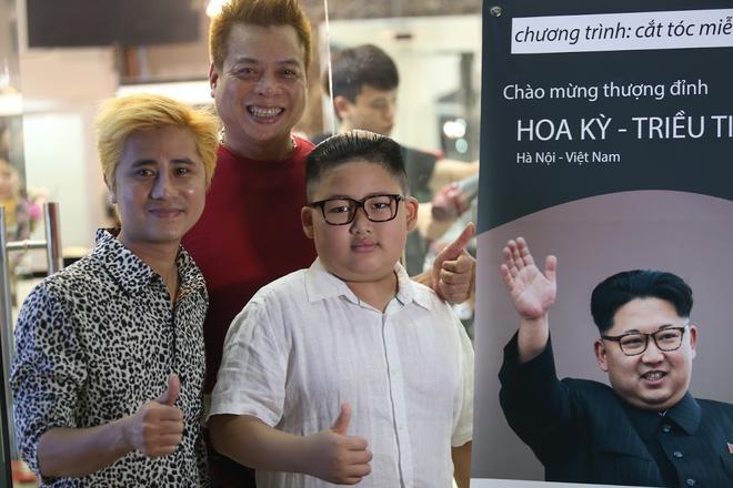 Nhiều người chụp ảnh kỉ niệm bên cậu bé nổi tiếng.