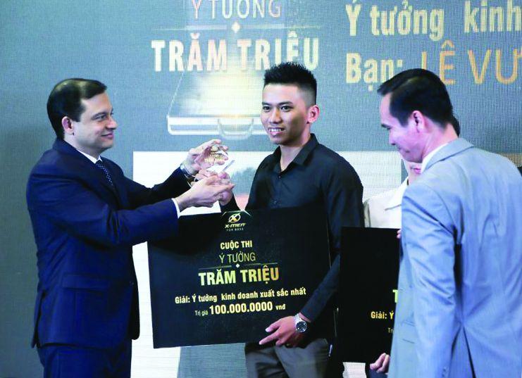 Doanh nhân Lê Vương Quốc nhận giải thưởng Ý tưởng kinh doanh xuất sắc nhật tại cuộc thi Ý tưởng Trăm triệu