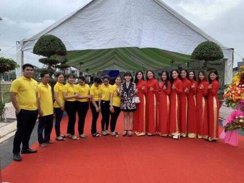 Bà Phạm Thị Hường – Chủ tịch HĐQT Công ty Phú Hồng Thịnh cùng nhân viên chụp hình lưu niệm tại buổi lễ