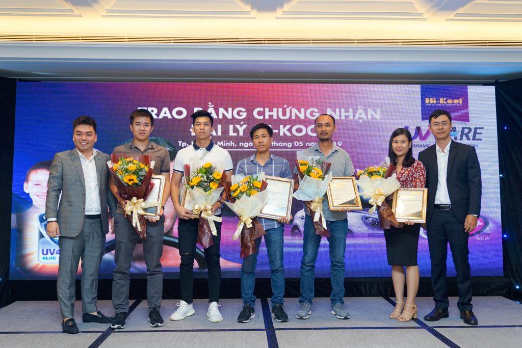 Đại diện Hi-Kool Việt Nam trao bằng chứng nhận cho các đại lý phân phối  các sản phẩm của công ty