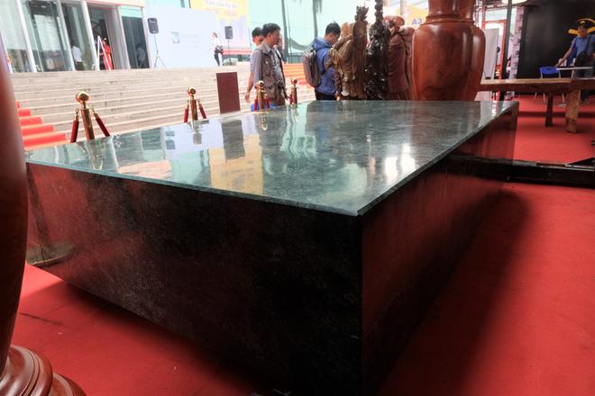 Sập đá cẩm thạch nặng hơn 10 tấn, được rao bán 2,6 tỷ đồng ở Hà Nội.