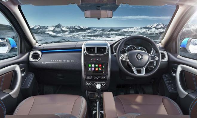 Nội thất xe với tông đen làm chủ đạo với ghế ngồi bọc da. Hệ thống thông tin giải trí được nâng cấp tương thích Apple CarPlay và Android Auto, điều hòa tự động, hộp đựng găng tay được chiếu sáng và làm mát...