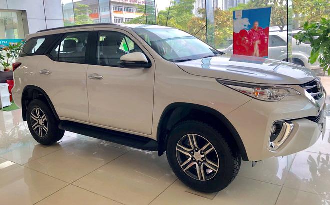 """""""Ông vua"""" phân khúc SUV Toyota Fortuner đang giảm giá sâu tại đại lý ô tô trong tháng 11."""
