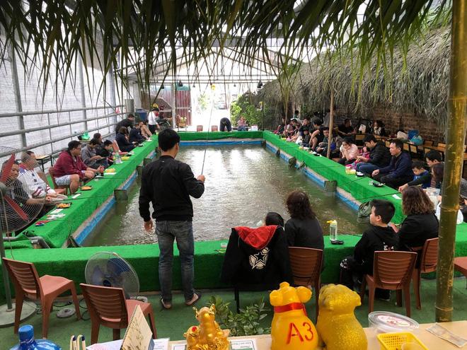 Dịch vụ câu tôm càng xanh thu hút khách Hà Nội.